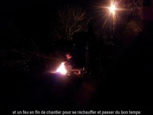 un feu de camp en fin de chantier autour de la serre bioclimatique