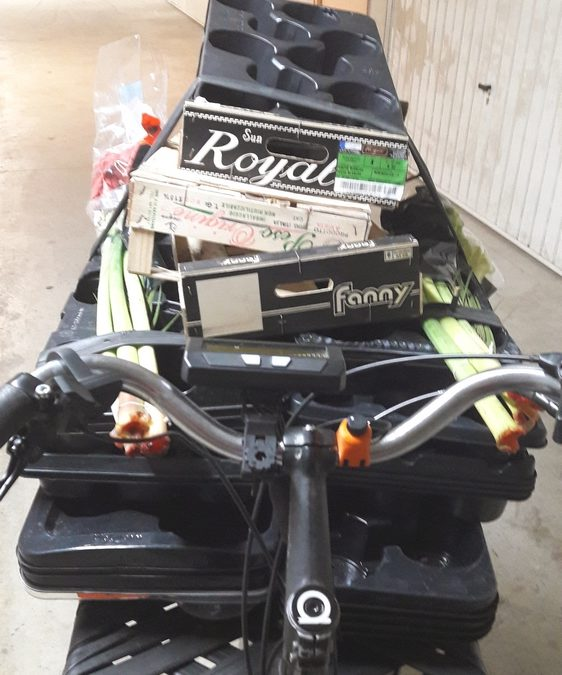 une plate forme avant de vélo cargo remplie de matériel