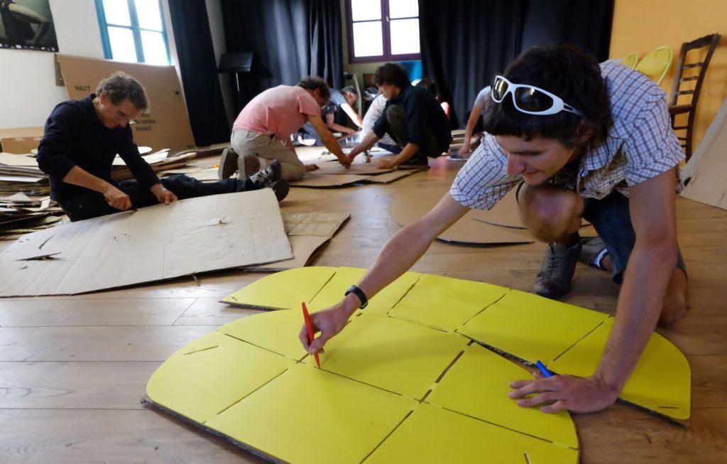 fabriquer un four solaire, en traçant sur du carton avec un gabarit
