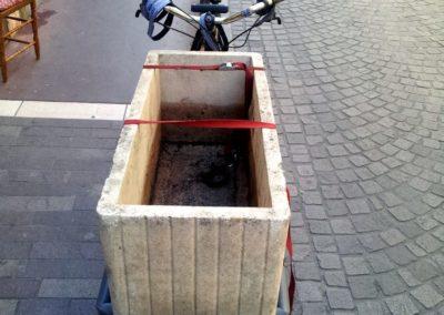 velo cargo_transporter une jardinière en béton (1)