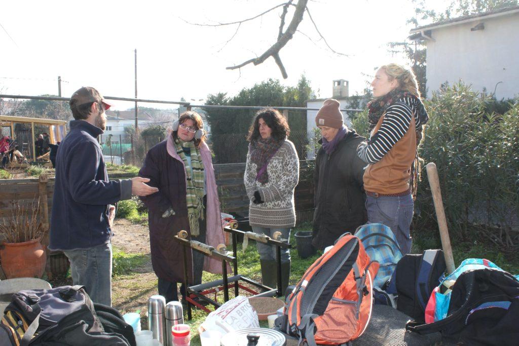 un groupe de participants au chantier et une explication en cours