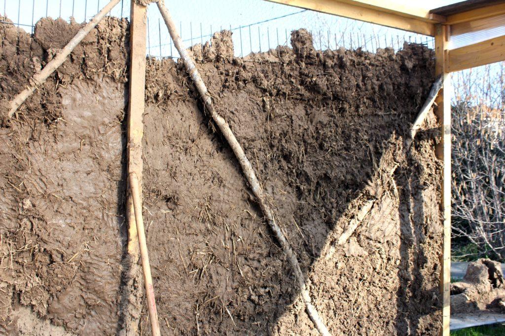 photo d'un mur en torchis en cours de réalisation