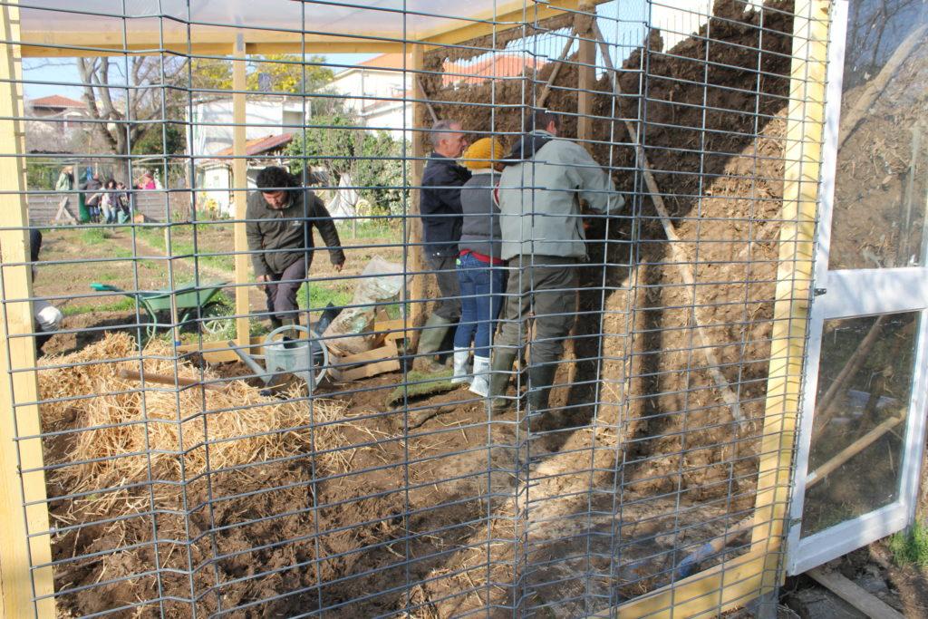 des bénévoles de coopere 34 remplissent le mur