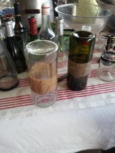Cul de bouteilles assemblés à l'aide d'un scotch afin de réaliser une brique de verre.