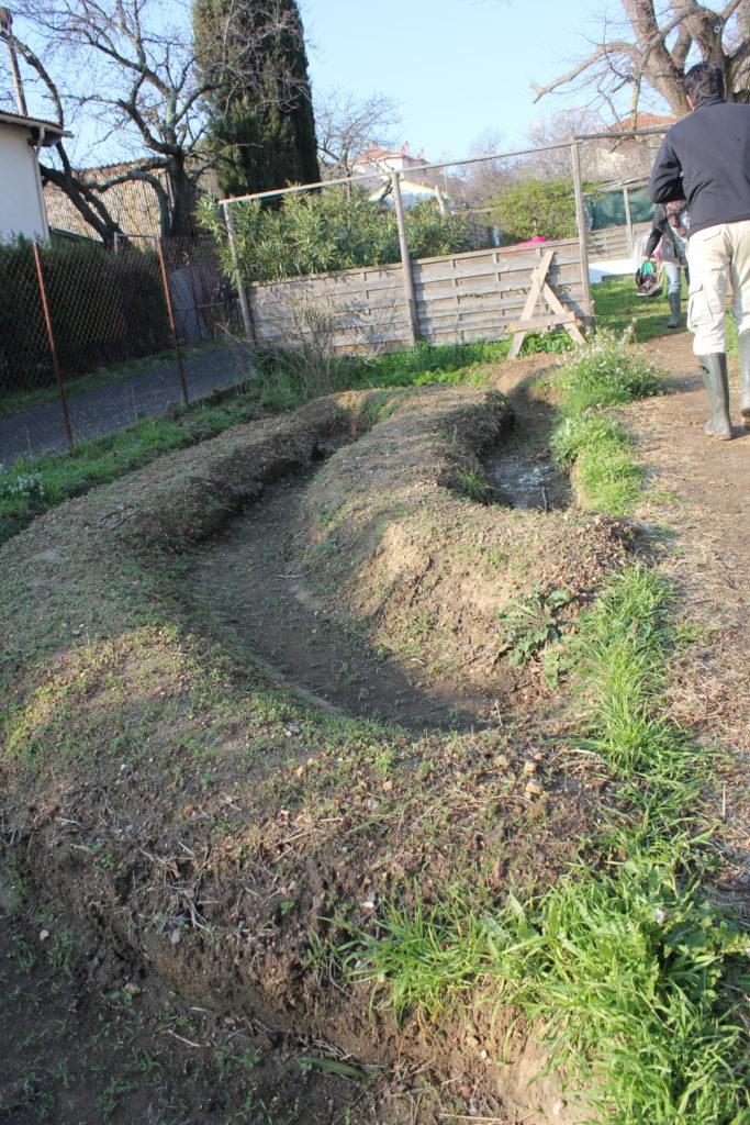 des courbes de niveau dans un jardin partagé