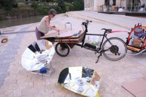 exposition de fours solaires et construction, le long des rives du canal du midi