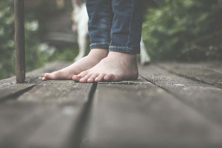 pieds nus sur du bois : effet de conduction