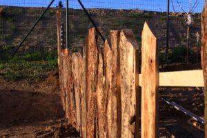 création d'une clotûre en bois dans un potager d'entreprise