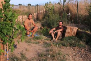 photo des jardiniers posant devant la mare réalisée dans le potager d'entreprise